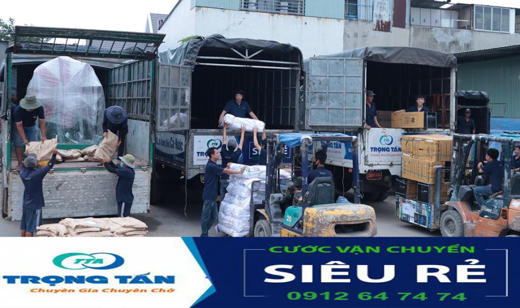nhân viên kho xếp hàng hóa từ chành xe vận chuyển Hà Nội Bình Dương cước siêu rẻ