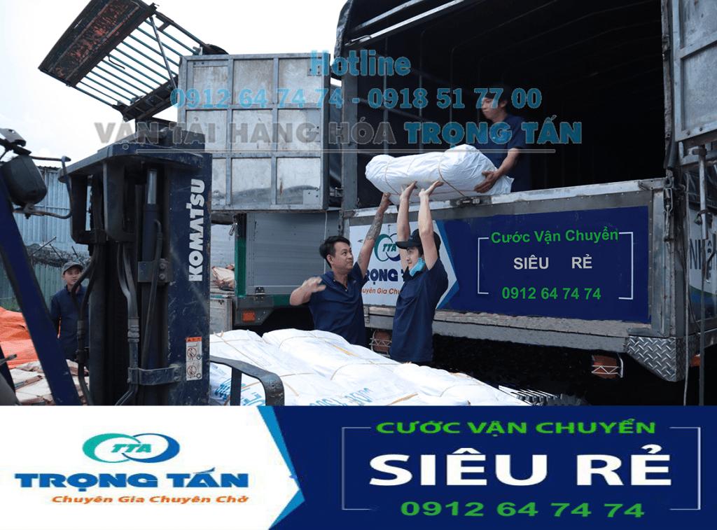 Nâng hàng hóa để sắp xếp vận chuyển tại nhà xe TP HCM Thái Nguyên