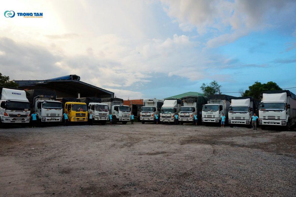 Đội xe tải chở hàng của nhà xe Trọng Tấn